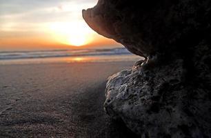 coucher de soleil à travers le galet photo