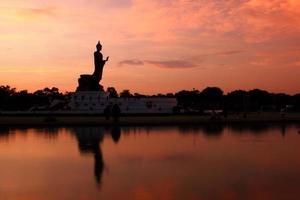 statue de Bouddha au coucher du soleil le soir.