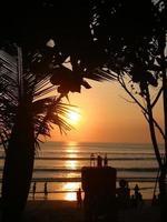 coucher de soleil sur la plage de bali kuta photo