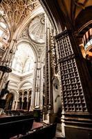 La grande mosquée ou mezquita célèbre intérieur à Cordoue, Espagne photo