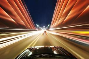 voiture sur la route avec l'arrière-plan flou de mouvement