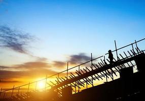 travailleurs de la construction sur échafaudages photo