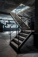 photo gros plan des escaliers industriels