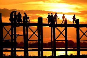 Personnes méconnaissables silhouette au pont u-bein amarapura mandalay, myanmar