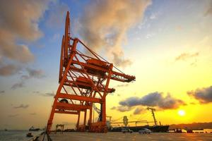 Navire de fret de conteneurs avec pont roulant opérationnel photo