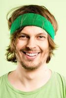 Portrait d'homme heureux vraies personnes fond vert haute définition photo