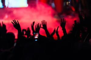 personnes prenant des photos avec un téléphone intelligent tactile pendant une musique