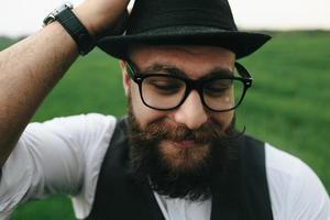 homme avec une barbe photo