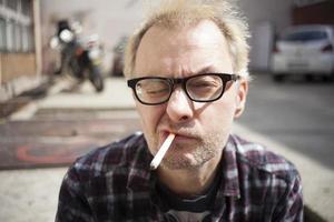 homme avec cigarette photo