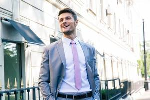 jeune homme d'affaires en riant photo