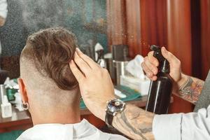 coiffure par un barbier professionnel