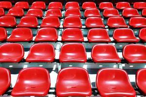 sièges de stade de sport rouge photo