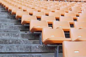 sièges de stade pour les visiteurs un peu de sport ou de football photo