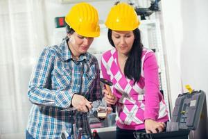 deux femmes dans l'atelier