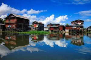 maison dans le lac inle, myanmar photo