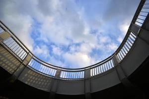 détail d'un pont en béton contre le ciel bleu nuageux.