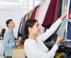 les gens qui choisissent des vêtements d'automne photo