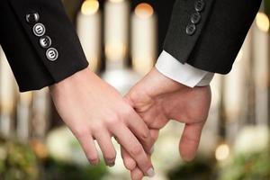 les gens aux funérailles se consolent