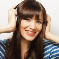 jeune femme heureuse avec un casque photo