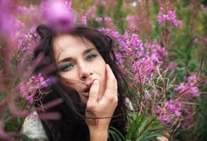 belle fille parmi les fleurs photo