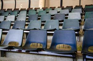 vieilles chaises d'arène au stade de patinage sur glace photo