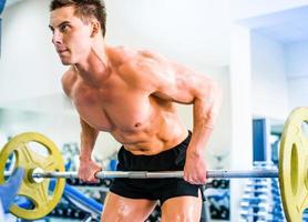 bodybuilder avec haltères photo