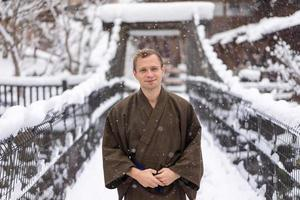 homme, porter, traditionnel, japonais, yukata, pendant, hiver, neige photo