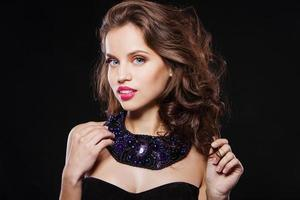portrait d'une belle fille brune avec une soirée parfaite photo