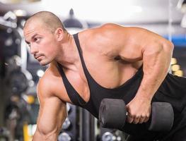 bodybuilder au gymnase