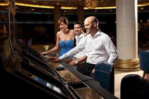 adultes heureux jeu habillé formel au casino photo
