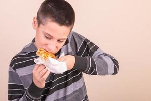 enfant, manger pizza photo