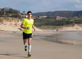 jeune homme, dans, habillement fitness, courant long plage photo