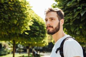 étudiant avec sac à dos à l'extérieur