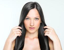 belle femme aux cheveux longs en bonne santé photo