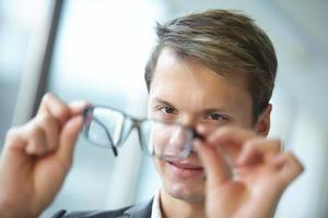 jeune, homme affaires, lunettes, debout, couloir photo