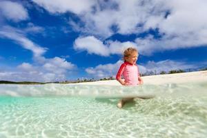 jolie petite fille en vacances photo