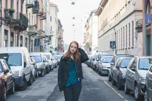 belle fille posant dans les rues de la ville