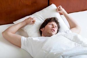 homme se réveillant doucement photo