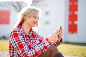 jeune, femme affaires, lecture, messages, Dehors photo