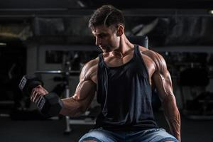 bodybuilder dans la salle de gym