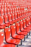 chaises rouges gradins dans le grand stade photo