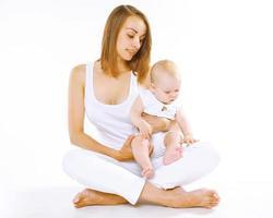 mère avec petit bébé sur fond blanc photo
