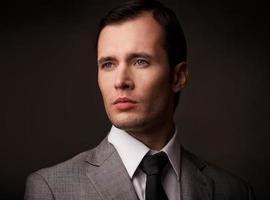 homme en costume gris portrait