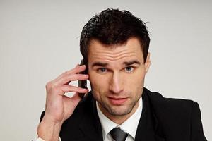 l'homme parle dans le téléphone mobile photo