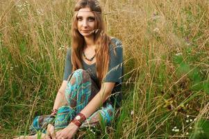hippie lady dans les champs photo