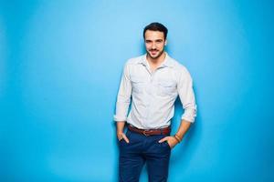 bel homme adulte et masculin sur fond bleu photo
