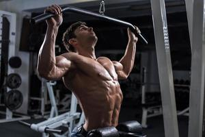 bodybuilder dans la salle de gym photo