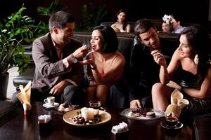 jeunes couples mangeant des déserts photo