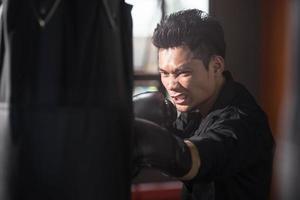 jeune homme d'affaires combattant photo