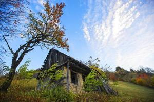 ruines d'une maison au milieu de nulle part photo